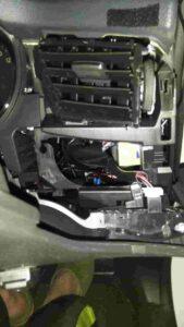 エクストレイルスピードメーター取り外し方の運転席側エアコンパネル取り外し後